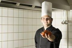 Cuoco unico con i pomodori fotografia stock