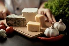 Cuoco unico con il piatto di formaggio Fotografia Stock