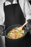 cuoco unico con il wok Fotografia Stock