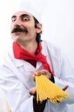 Cuoco unico confuso che mostra spagetti Fotografie Stock Libere da Diritti