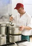 Cuoco unico in cucina industriale immagine stock libera da diritti
