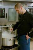 Cuoco unico in cucina industriale fotografie stock