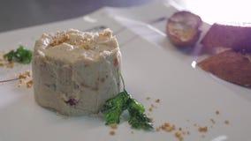 Cuoco unico Decorating Rabbit Pate con le baguette tostate su un piatto bianco video d archivio