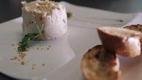 Cuoco unico Decorating Rabbit Pate con le baguette tostate su un piatto bianco archivi video