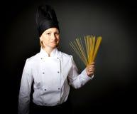 Cuoco unico del cuoco della donna con spaghetti italiani Fotografie Stock