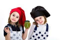 Cuoco unico del cuoco delle sorelle dei gemelli con il pesto genovese Fotografia Stock