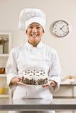 Cuoco unico del forno nei bianchi dei cuochi unici e del toque Immagine Stock