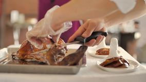 Cuoco unico del ristorante che affetta masterfully anatra video d archivio