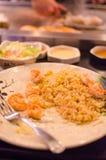 Cuoco unico del ristorante di Hibachi che prepara pasto e gli ospiti divertenti Immagini Stock Libere da Diritti