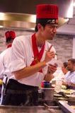 Cuoco unico del ristorante di Hibachi che prepara pasto e che prende ordine e gli ospiti divertenti Immagine Stock Libera da Diritti