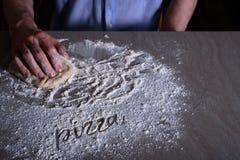 Cuoco unico dell'uomo che produce pasta per pizza Fotografia Stock Libera da Diritti