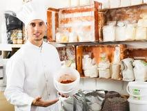 Cuoco unico dell'uomo che tiene varia farina Fotografie Stock Libere da Diritti