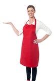 Cuoco unico della donna che invita al ristorante Fotografie Stock Libere da Diritti