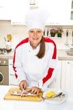 Cuoco unico della donna che prepara raccordo dello sgombro Fotografia Stock Libera da Diritti