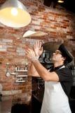 Cuoco unico della pizza che gioca con la pasta della pizza Fotografia Stock Libera da Diritti