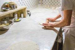 Cuoco unico della pizza sul lavoro Fotografie Stock Libere da Diritti