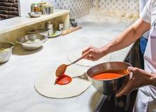 Cuoco unico della pizza sul lavoro Fotografie Stock