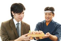 Cuoco unico e cliente di sushi Fotografie Stock Libere da Diritti