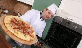 Cuoco unico e pizza Fotografia Stock Libera da Diritti