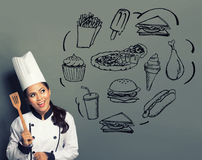 Cuoco unico femminile che cucina pensando che cosa cucinare Fotografie Stock