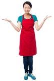 Cuoco unico femminile che lo accoglie favorevolmente con un sorriso Immagine Stock Libera da Diritti