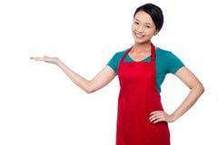 Cuoco unico femminile che promuove prodotto della panificazione Immagine Stock Libera da Diritti