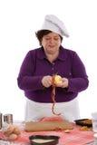Cuoco unico femminile che sbuccia una mela fotografie stock libere da diritti