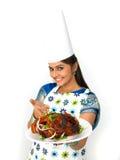 Cuoco unico femminile con il suo pollo arrostito Immagini Stock