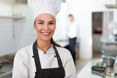 Cuoco unico femminile in cucina fotografia stock