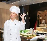 Cuoco unico femminile sorridente che mostra il segno giusto della mano Fotografie Stock