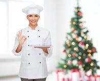 Cuoco unico femminile sorridente con il computer del pc della compressa Fotografia Stock