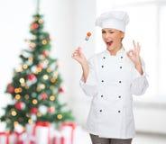 Cuoco unico femminile sorridente con la forcella che mostra segno giusto Fotografia Stock Libera da Diritti