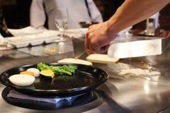 Cuoco unico giapponese che prepara deliberatamente immagini stock libere da diritti