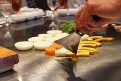 Cuoco unico giapponese che prepara deliberatamente fotografia stock libera da diritti