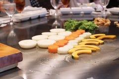 Cuoco unico giapponese che prepara deliberatamente immagine stock