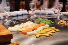Cuoco unico giapponese che prepara deliberatamente immagini stock
