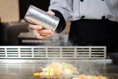Cuoco unico giapponese che prepara e che cucina deliberatamente teppanyaki tradizionale del manzo immagine stock libera da diritti