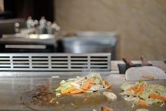 Cuoco unico giapponese che prepara e che cucina deliberatamente teppanyaki tradizionale del manzo fotografia stock