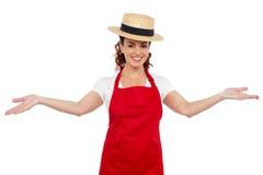 Cuoco unico grazioso che lo accoglie favorevolmente con le sue braccia allungate Immagine Stock Libera da Diritti