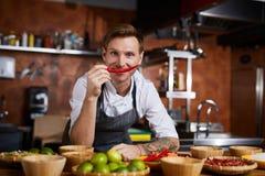 Cuoco unico Hoilding Red Pepper immagini stock libere da diritti