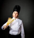 Cuoco unico italiano del cuoco della donna con spaghetti Immagine Stock