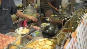 Cuoco unico lavorante in una cucina dell'hotel o del ristorante archivi video