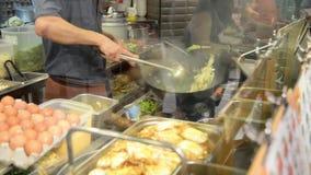 Cuoco unico lavorante in una cucina dell'hotel o del ristorante video d archivio