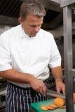 Cuoco unico maschio che prepara le verdure Immagini Stock Libere da Diritti