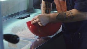 Cuoco unico maschio che prepara trattamento della pasta alla cucina video d archivio