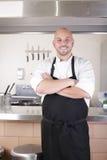 Cuoco unico maschio in cucina commerciale Fotografia Stock Libera da Diritti