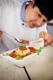 Cuoco unico maschio in ristorante Fotografia Stock