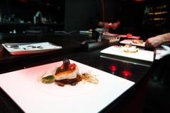 Cuoco unico nella cucina del ristorante o dell'hotel che cucina per la cena Fotografia Stock Libera da Diritti