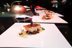 Cuoco unico nella cucina del ristorante o dell'hotel che cucina per la cena Fotografia Stock