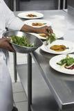 Cuoco unico Preparing Salad fotografie stock